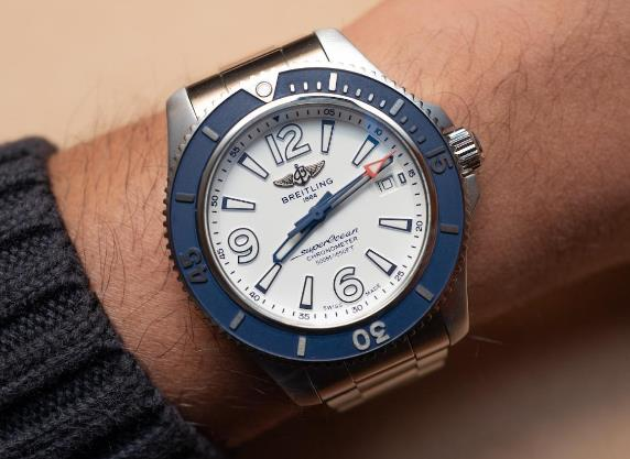 The blue elements on the dial are very fresh and clean.