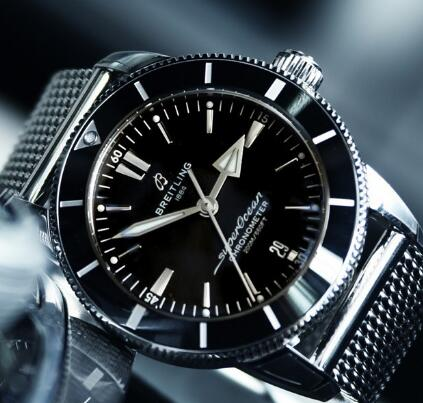 The black ceramic bezel looks shiny and charming.