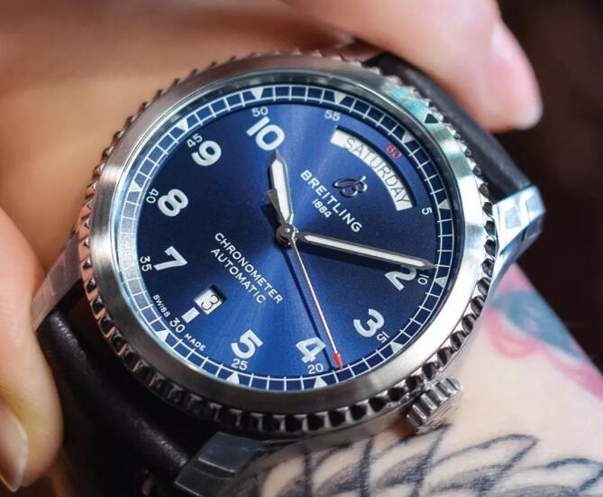 The distinctive blue dial makes the timepiece look very dynamic and optimistic.