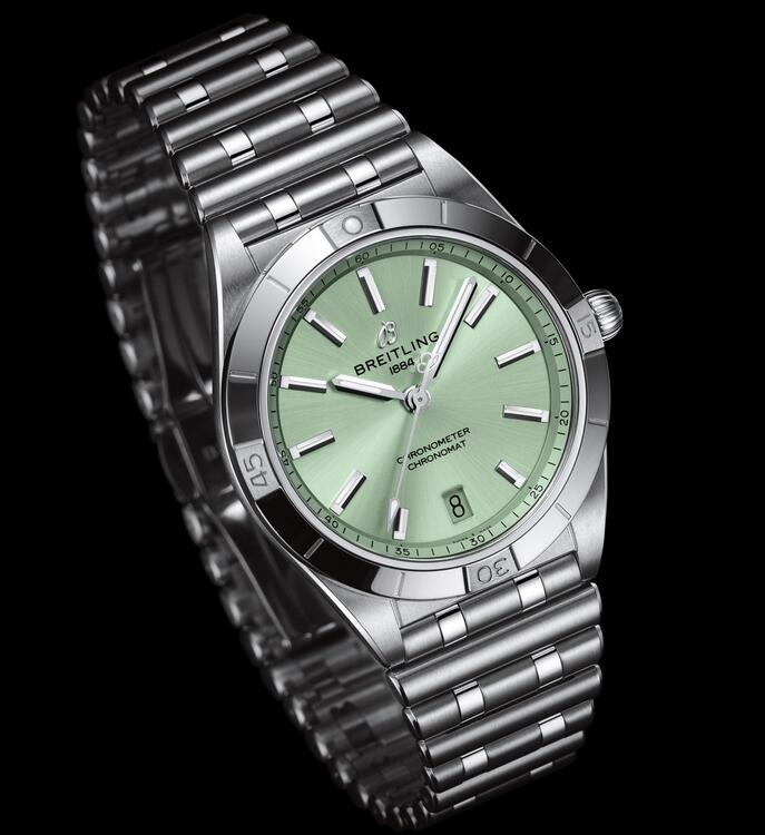 Online fake watches are elegant and fresh for the green color.